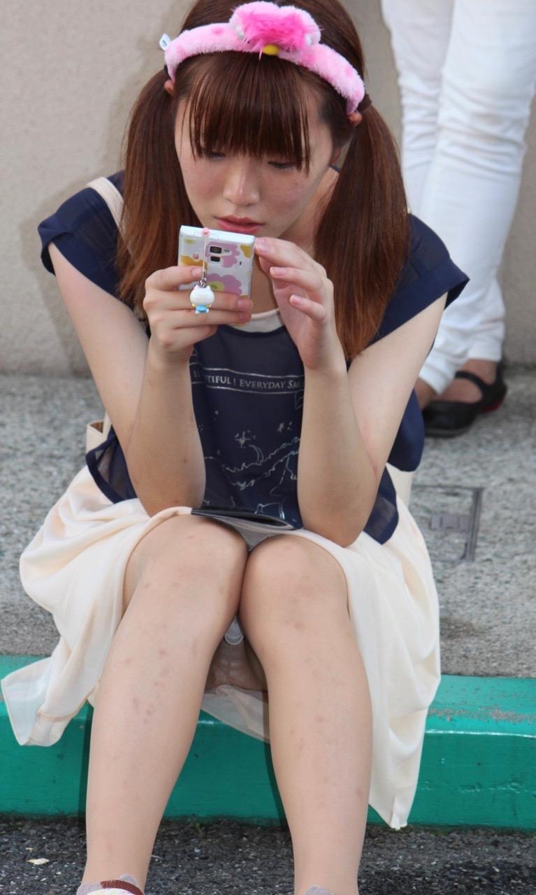 座りパンチラ_素人_盗撮_エロ画像_11