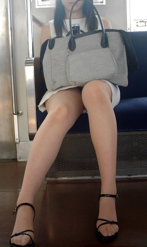 電車_美脚_素人_盗撮_エロ画像_05