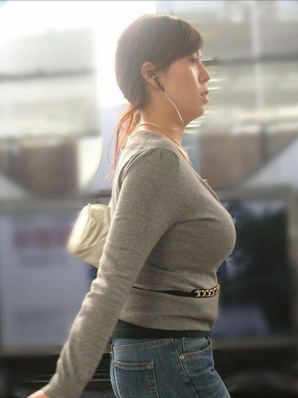 着衣巨乳_おっぱい_素人_街撮り_エロ画像_01