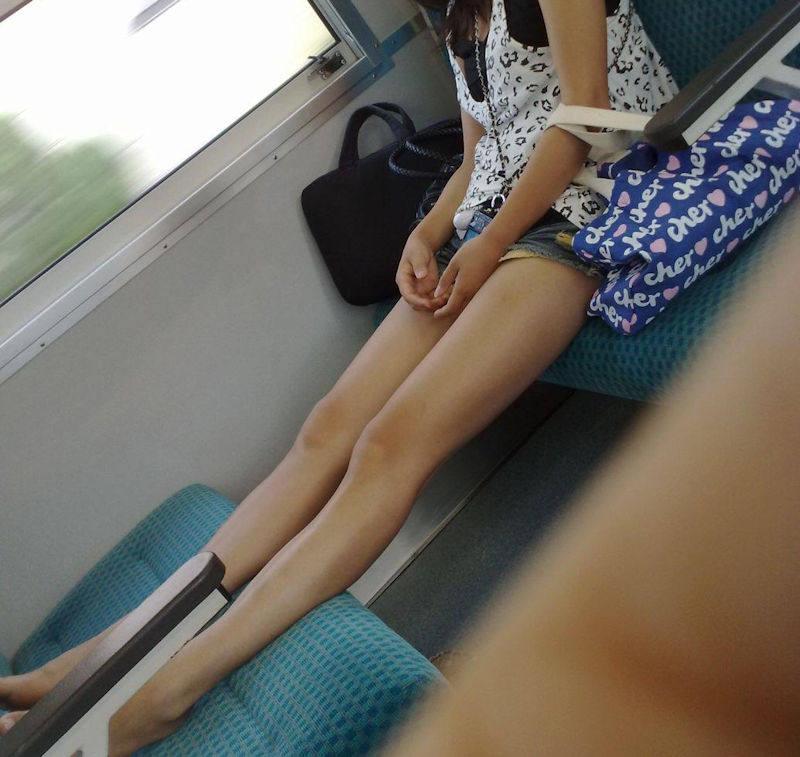 ホットパンツ_太もも_電車_盗撮_エロ画像_08