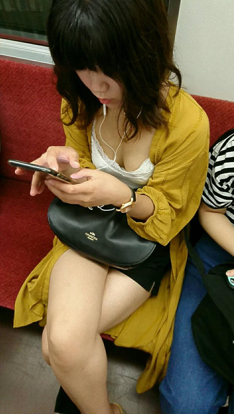胸チラ_素人_電車_盗撮_エロ画像_03