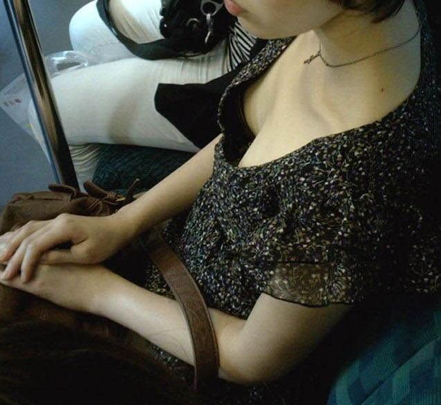 胸チラ_素人_電車_盗撮_エロ画像_10