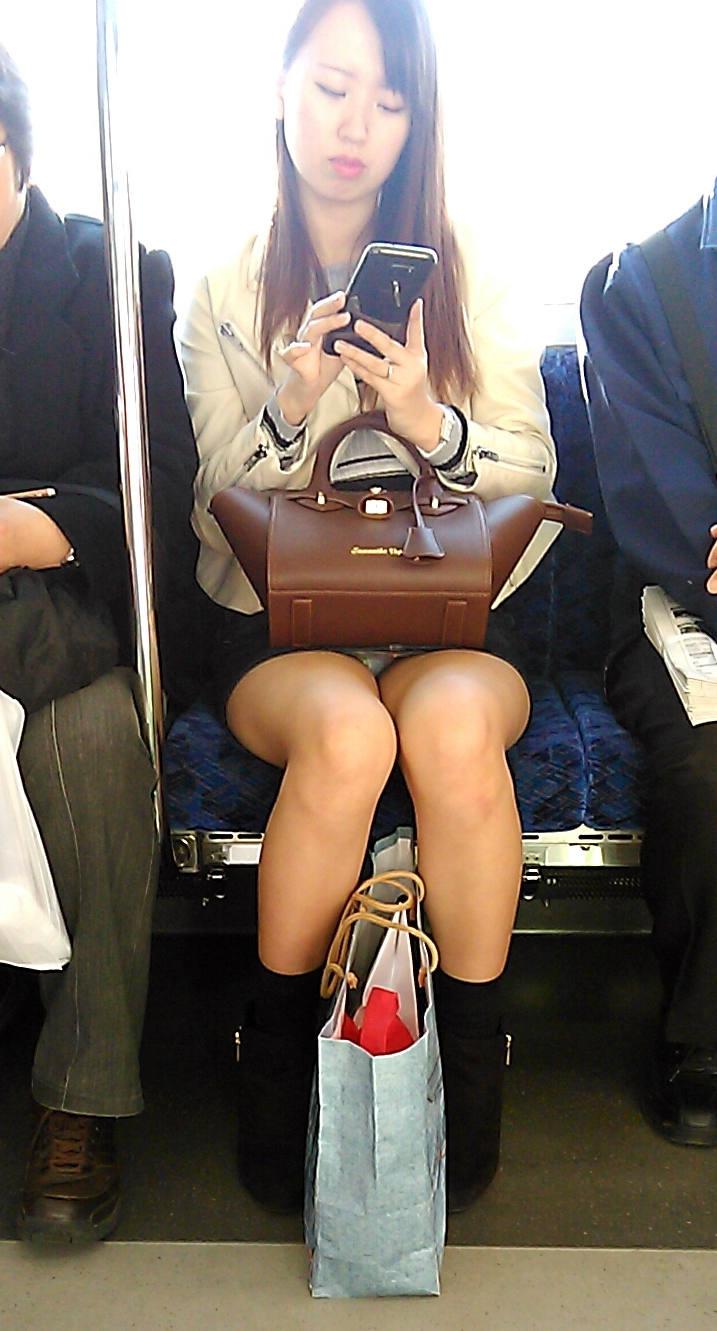 電車_パンチラ_対面_盗撮_エロ画像_02