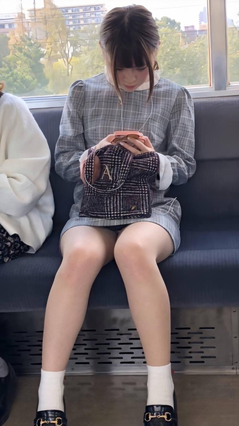 電車_パンチラ_対面_盗撮_エロ画像_15