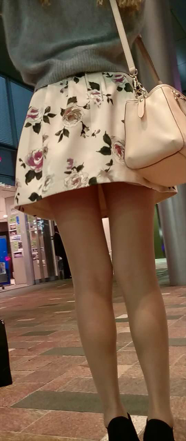 美脚_街中_ミニスカート_エロ画像_02