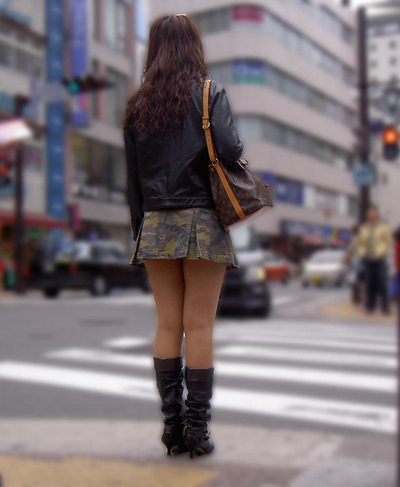 美脚_街中_ミニスカート_エロ画像_09