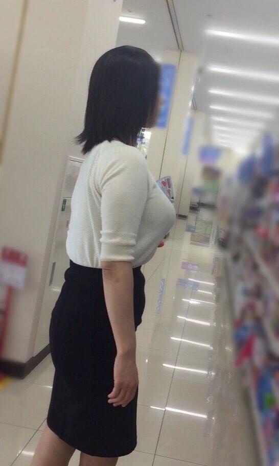 着衣巨乳_デカパイ_街撮り_エロ画像_07