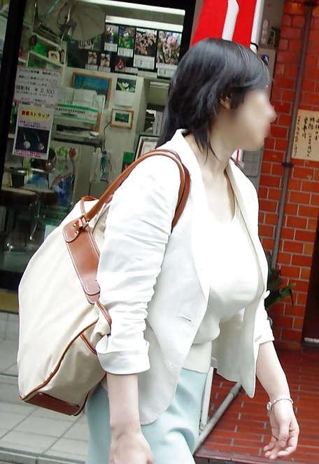 着衣巨乳_デカパイ_街撮り_エロ画像_12