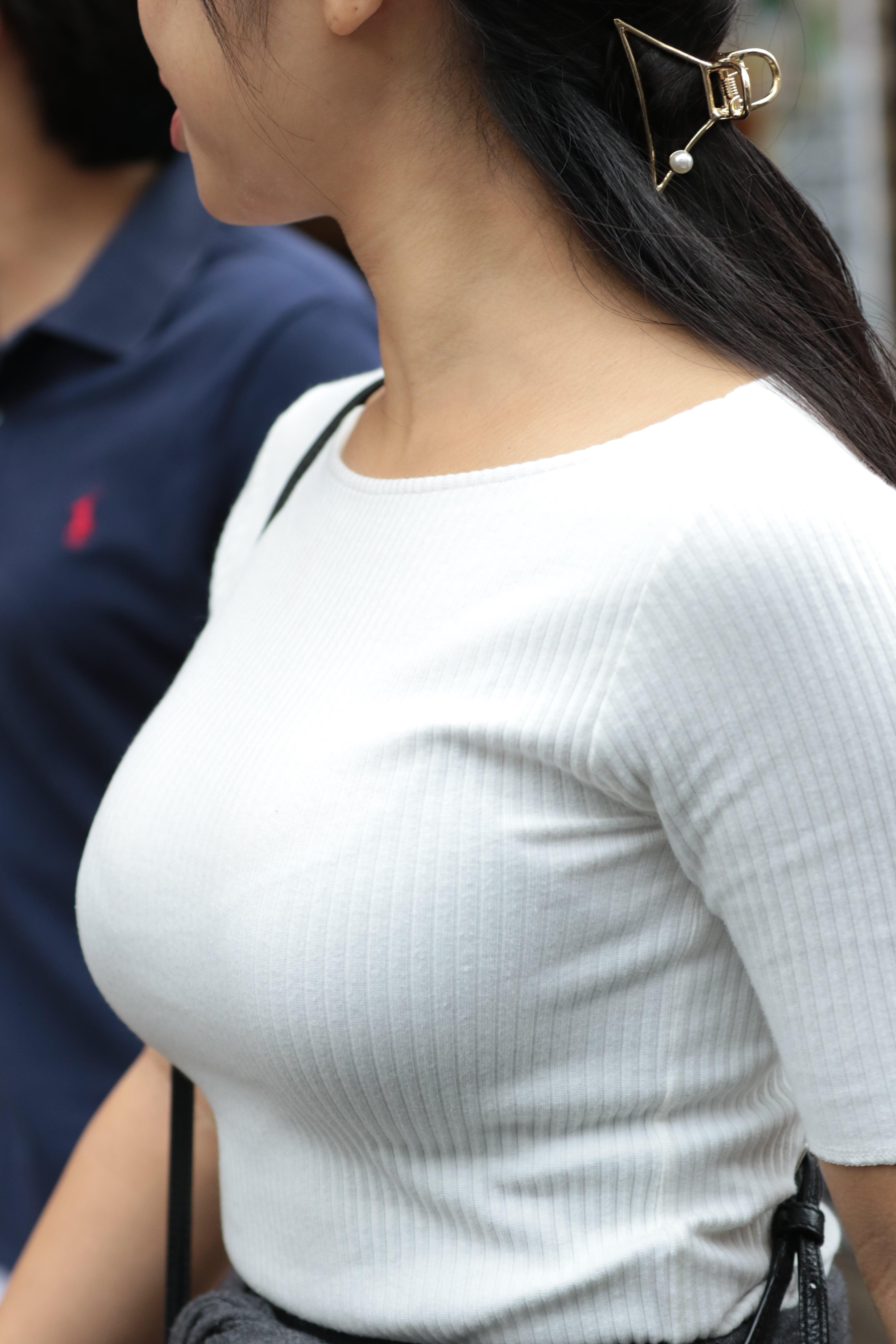 着衣巨乳_デカパイ_街撮り_エロ画像_13