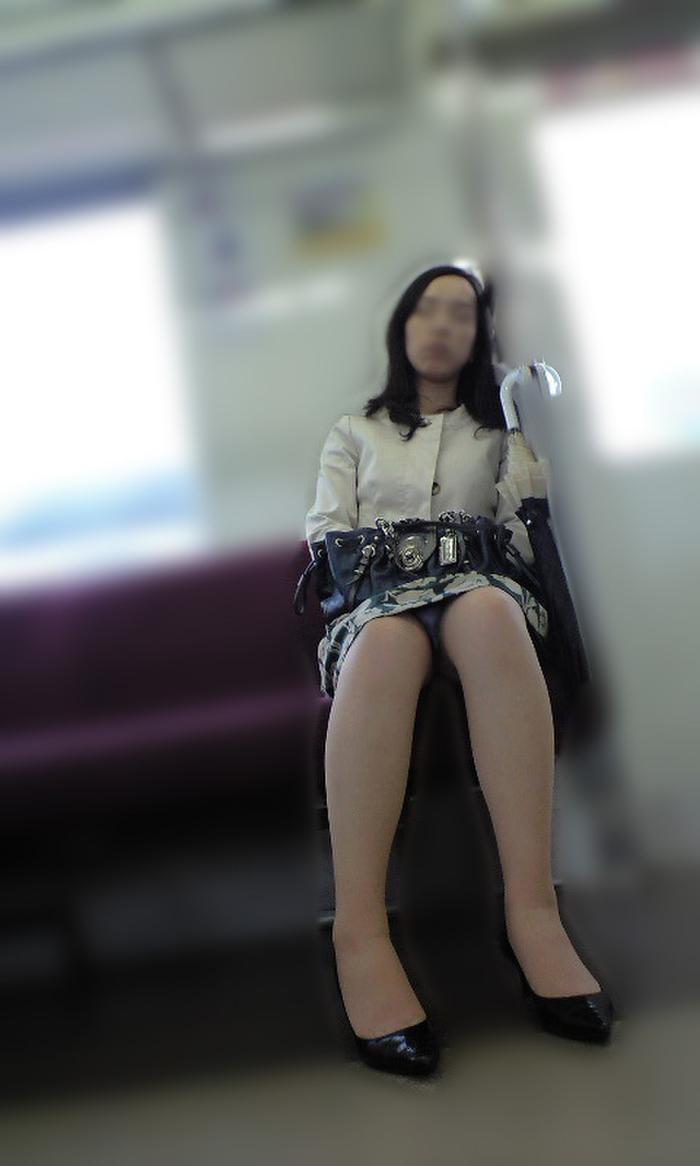 電車_パンチラ_人妻_熟女_盗撮_エロ画像_01
