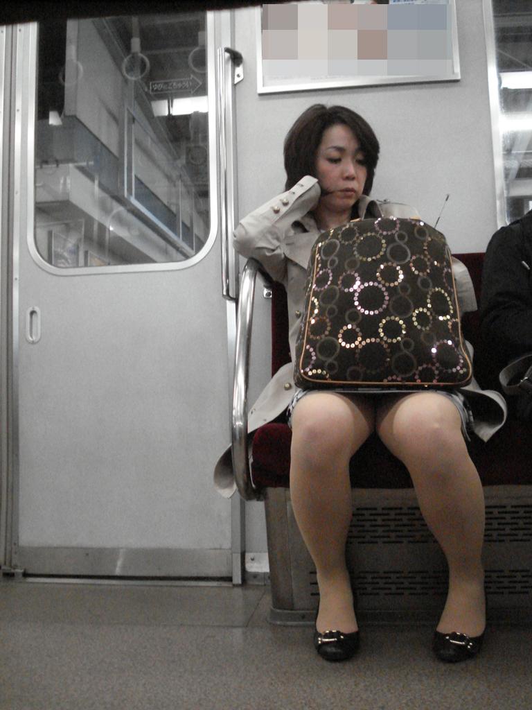 電車_パンチラ_人妻_熟女_盗撮_エロ画像_20