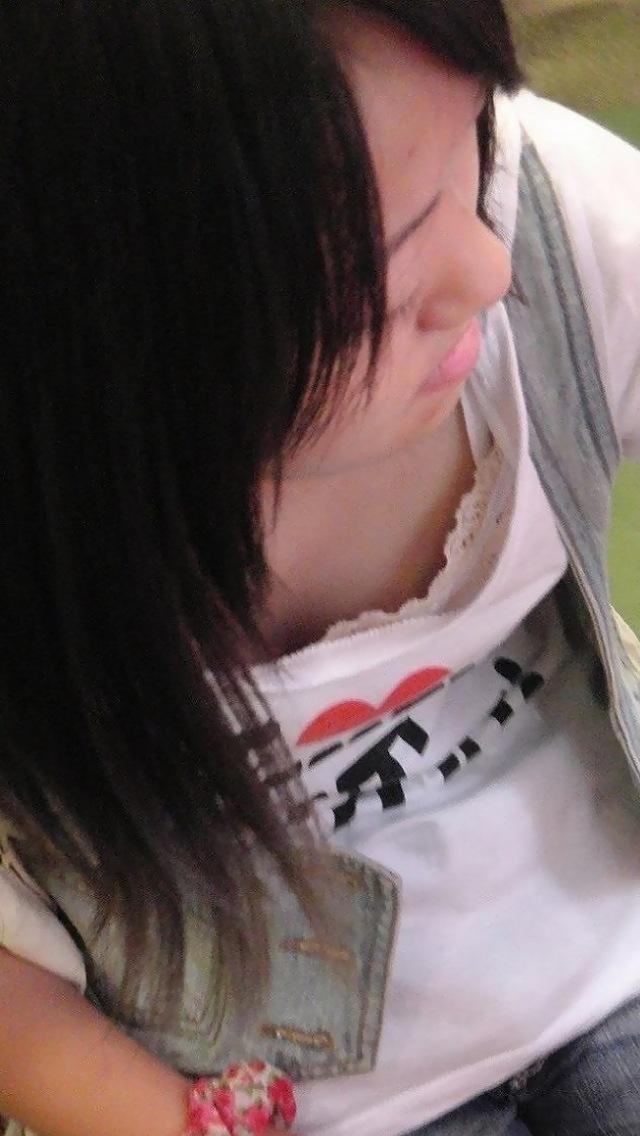 胸チラ_谷間_下着_盗撮_エロ画像_04