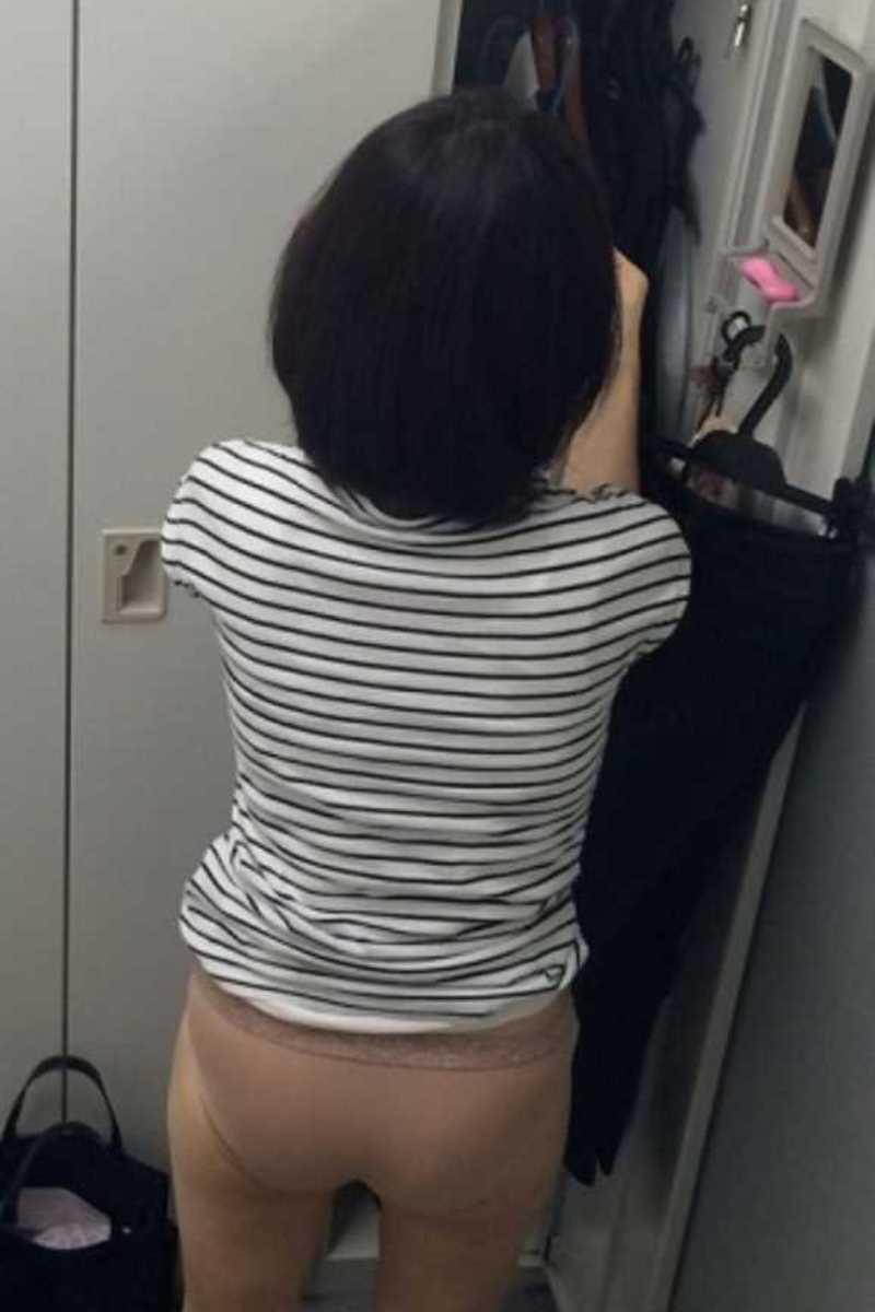 着替え_更衣室_職場_OL_エロ画像_03