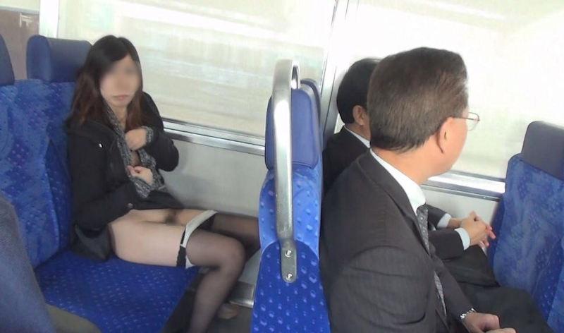 電車_露出_変態_素人_エロ画像_02